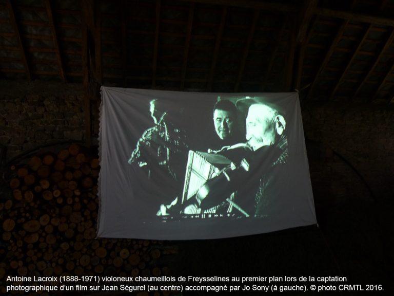 Antoine Lacroix (1888-1971) violoneux chaumeillois de Freysselines au premier plan lors de la captation photographique d'un film sur Jean Ségurel (au centre) accompagné par Jo Sony (à gauche). © photo CRMTL 2016.